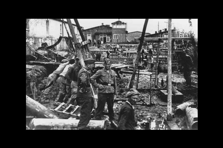 SS surveillant les travaux à Neuengamme - Août 1944